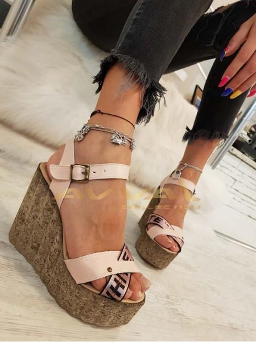 Розови сандали с платформа